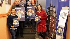 Stadträtin Kirsten Dinnebier (hinten) stellte das neue Programmheft mit vhs-Leiterin Cordula Schlichte (rechts) und den Programmbereichsleitenden Somayeh Mansouri (v.l.n.r.), Dr. Udo Engbring-Romang, Birgit Heiland, Kristine Umland und Silke Jahns in der