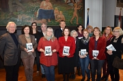 """Oberbürgermeister Dr. Thomas Spies (Mitte) freute sich, die druckfrisch im Rathaus-Verlag erschienene Stadtschrift Nr. 105 """"Das andere Leben. Rückblick auf Marburger Künstlerinnen"""" gemeinsam mit den Autorinnen und Autoren sowie weiteren Beteiligten vorste"""