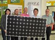Die solarelektrische Warmwasserbereitung der Firma Awasol aus Cölbe bietet eine echte Alternative für viele Haushalte, gerade auch in Marburgs Altstadt (von links: Marion Kühn (Fachdienstleiterin Stadtgrün, Klima und Naturschutz), Jan Stasik (Awasol), der
