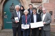 Bürgermeister Dr. Franz Kahle (3. von rechts) stellte die Stadtschrift zusammen mit der Autorin Dr. Barbara Rumpf-Lehmann (3. von links) sowie (von links) dem Vorsitzenden der Jüdischen Gemeinde Marburg, Amnon Orbach, der Leiterin der Friedhofsverwaltung,
