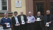 """Die neue Marburger Stadtschrift """"Die Stadt und ihr Bahnhof"""" blickt zurück auf 165 Jahre Eisenbahn- und Stadtgeschichte und wurde jetzt von Bürgermeister Dr. Franz Kahle vorgestellt."""