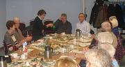 vorweihnachtliches Adventscafe Teilnehmer sitzen an festlich dedecktem Tisch