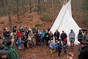 Neben den Kindern waren zahlreiche Eltern und Beteiligte an der Umsetzung des Konzepts der Waldgruppe zur Eröffnung beim Gruppen-Tipi erschienen und verdeutlichten damit die Wertschätzung für das Projekt.