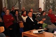 Das geplante Wohnheim für Studierende und die Soziale Stadt waren Thema der Informationsveranstaltung im Waldtal, zu der Oberbürgermeister Dr. Thomas Spies (vorne Mitte) eingeladen hatte.