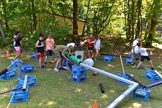 Zahlreiche Kinder bauen mir Kisten und großen Rohren Wasserleitungen.©Universitätsstadt Marburg