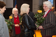 Wegbegleiterinnen gratulieren Anneliese Winterstein.©Stadt Marburg, Patricia Grähling