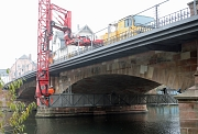 Mit einem Brückenuntersichtgerät wurde die Weidenhäuser Brücke von unten inspiziert.