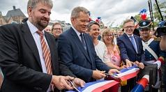 Zwei Schnitte, eine Freigabe: Bürgermeister Wieland Stötzel (v.l.) und Oberbürgermeister Dr. Thomas Spies durchtrennten das symbolische Absperrband.