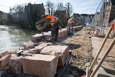Vorsichtig schneiden die Steinmetze die Sandsteine an der Südseite der Brücke separat heraus. Die Sandsteine werden restauriert und schließlich wieder eingebaut.©Stadt Marburg, Patricia Grähling