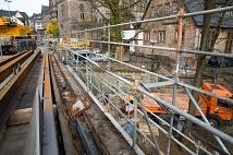 Neben dem Traggerüst im ersten Pfeiler steht nun auch ein Arbeitsgerüst. Von dort aus können die Steinmetze gut gesichert die beschädigten Sandsteine aus der Brücke herausschneiden.