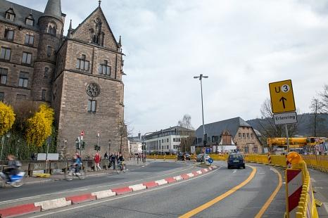 Die Umleitungsbeschilderung der Baustelle Weidenhäuser Brücke wird regelmäßig beschädigt oder gestohlen. Die Stadt zeigt diese Sachbeschädigung an.©Stadt Marburg, Patricia Grähling