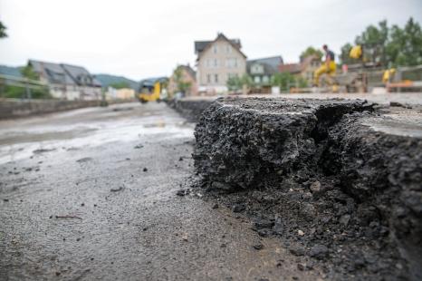 Schicht für Schicht wird der Fahrbahnbelag aus der Weidenhäuser Brücke herausgebrochen©Stadt Marburg, Patricia Grähling