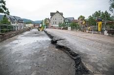Der Fahrbahnbelag einer Verkehrsspur ist schon in einer ersten Schicht aus der Weidenhäuser Brücke herausgebaggert worden©Stadt Marburg, Patricia Grähling