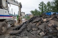 Die Reste der herausgebrochenen Fahrbahn türmen sich neben der Weidenhäuser Brücke©Stadt Marburg, Patricia Grähling