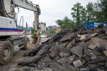 Die Reste der herausgebrochenen Fahrbahn türmen sich neben der Weidenhäuser Brücke