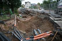 Das Widerlager für den Fußgängersteg wird in dieser Grube untergebracht