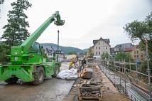 Letzte Handgriffe am Arbeitsgerüst der Weidenhäuser Brücke - parallel haben die Abbrucharbeiten an der Fahrbahn schon begonnen