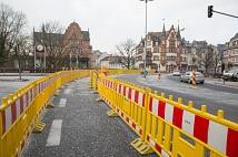 Weidenhäuser Brücke: Bauarbeiten an Tag 1 - der Fußgängerweg vor der Weidenhäuser Brücke ist eingerichtet