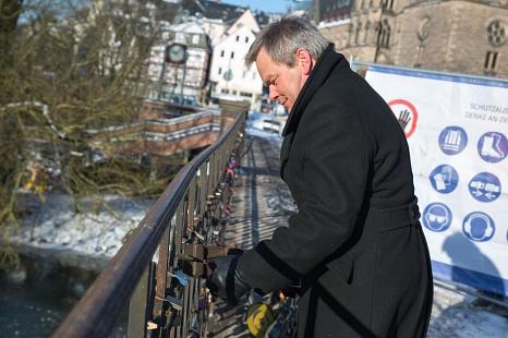Weidenhäuser Brücke: Bauarbeiten an Tag 2 - OB Dr. Thomas Spies entfernt die ersten Liebesschlösser©Stadt Marburg, Patricia Grähling