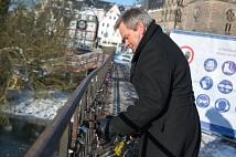 Weidenhäuser Brücke: Bauarbeiten an Tag 2 - OB Dr. Thomas Spies entfernt die ersten Liebesschlösser