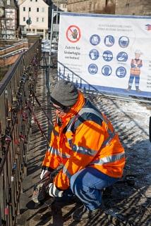 Weidenhäuser Brücke: Bauarbeiten an Tag 2 - Liebesschlösser und Geländer werden entfernt.