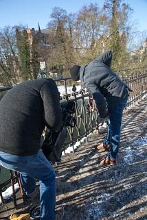 Weidenhäuser Brücke: Bauarbeiten an Tag 2 - begleitet von der Kamera entfernt ein junger Marburger sein Liebesschloss