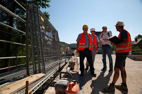 Bei einer Baustellenbesichtigung schauen sich der Fachdienst Tiefbau und der Polier zusammen mit der Presse die Arbeiten an.©Stadt Marburg, Patricia Grähling