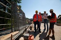 Bei einer Baustellenbesichtigung schauen sich der Fachdienst Tiefbau und der Polier zusammen mit der Presse die Arbeiten an.