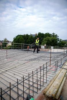 Die erste Schicht Stahl liegt bereits: Insgesamt werden in dieser Woche 24 Tonnen Stahl längs und quer auf dem ersten Bogen Richtung Erlenring verlegt, sodass Stahlkörbe entstehen. Diese sogenannte Bewehrung wird schließlich mit Beton aufgefüllt.©Stadt Marburg, Patricia Grähling