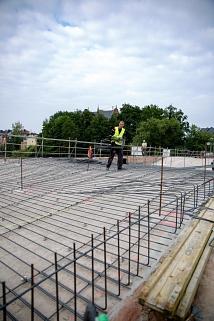 Die erste Schicht Stahl liegt bereits: Insgesamt werden in dieser Woche 24 Tonnen Stahl längs und quer auf dem ersten Bogen Richtung Erlenring verlegt, sodass Stahlkörbe entstehen. Diese sogenannte Bewehrung wird schließlich mit Beton aufgefüllt.