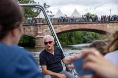 Auf der Brücke das Fest, darunter die Bootsfahrten der DLRG zur Eröffnung: eine Gelegenheit, die viele Bürger*innen gerne wahrnahmen.©Patricia Grähling, Stadt Marburg