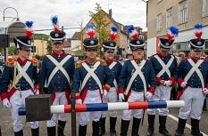 Die Weidenhäuser Bürgergarde hatte zwei Wachhäuschen und einen Schlagbaum aufgebaut, der zur Eröffnung hochging.©Universitätsstadt Marburg
