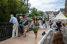 Zum Flanieren auf der Brücke gab es Seifenblasenkunst, Musik, Karussell und Kinderprogramm.©Patricia Grähling, Stadt Marburg