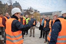 """""""Die Fahrbahn wird etwas höher als bisher, um die Statik des gesamten Bauwerks zu verbessern"""", erklärt Thomas Engelbach, Fachdienstleiter Tiefbau der Stadt Marburg, bei einer Besichtigung der Baustelle auf der Weidenhäuser Brücke.©Patricia Grähling, Stadt Marburg"""