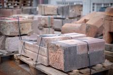 Entsalzt, restauriert und beschädigte Stellen ersetzt: Die Sandsteine der Weidenhäuser Brücke liegen bereit, um Stück für Stück wieder an ihrem früheren Platz in das Bauwerk eingefügt zu werden.©Patricia Grähling, Stadt Marburg