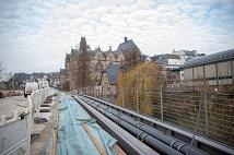 Geordnet werden Rohre und Leitungen in einem Steg entlang der Brücke über die Lahn geführt. Eine Abdeckung wird den Steg später verschließen und für Fußgänger*innen begehbar machen.