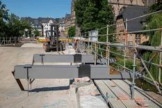 Stahlträger sind bereits positioniert und werden bei den anstehenden Betonarbeiten fest in der Brückenfüllung mit eingegossen. Dann sind sie stabil genug, um den geplanten Fußgängersteg zu halten.©Stadt Marburg, Patricia Grähling