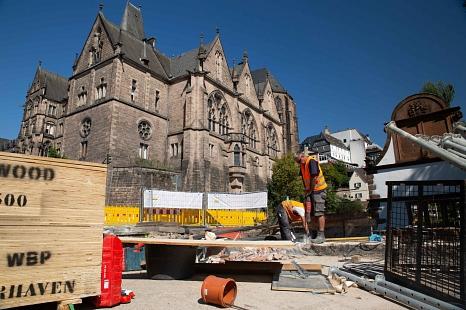 Die Bauarbeiter trotzen der Hitze und bearbeiten die historischen Sandsteine der Weidenhäuser Brücke.©Stadt Marburg, Patricia Grähling