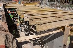 Das Kammerbauwerk – eine Art Technikraum an der Seite des Rudolphsplatzes – ist fast fertig: Obendrüber wird der Steg enden, darunter werden die Kabel und Leitungen in dem entstehenden Raum zusammenlaufen.©Stadt Marburg, Patricia Grähling
