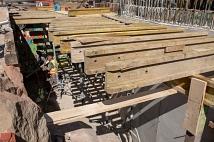 Das Kammerbauwerk – eine Art Technikraum an der Seite des Rudolphsplatzes – ist fast fertig: Obendrüber wird der Steg enden, darunter werden die Kabel und Leitungen in dem entstehenden Raum zusammenlaufen.
