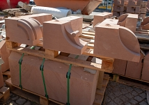 Drei verschiedene kunstvolle Formen zieren die Weidenhäuser Brücke mit den Konsolensteinen. Aus Beton und Sandstein wurden nun neue gefertigt.