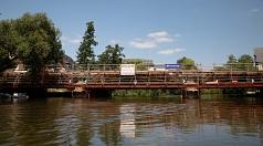 Von der Lahn aus betrachtet wirkt die Weidenhäuser Brücke nach dem Rückbau im Zuge der Sanierung viel kleiner - und zu sehen sind vor allen Dingen Gerüste.
