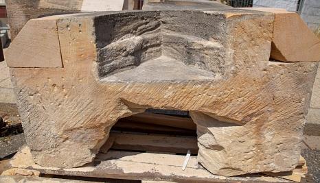 Die alten Postamente werden weitestgehend erhalten. An einigen müssen jedoch Teile durch neue Sandstein-Stücke ersetzt werden.©Stadt Marburg, Patricia Grähling
