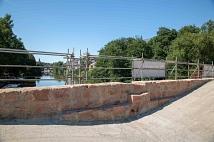 Die Sandsteinbögen der Brücke sind nun sichtbar.