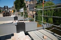Stahlträger sind bereits positioniert und werden bei den anstehenden Betonarbeiten fest in der Brückenfüllung mit eingegossen. Dann sind sie stabil genug, um den geplanten Fußgängersteg zu halten.