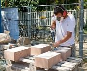 Der Steinmetz Caspar Fischer bearbeitet die neuen Sandsteine vor dem Einbau.