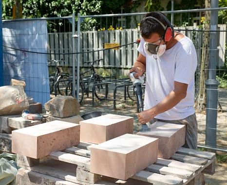 Der Steinmetz Caspar Fischer bearbeitet die neuen Sandsteine vor dem Einbau.©Stadt Marburg, Patricia Grähling