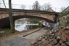 Unter der Weidenhäuser Brücke wird eine Wasserhaltung aufgebaut, um die Fläche rund um den dritten Pfeiler trockenzulegen.©Stadt Marburg, Patricia Grähling