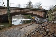 Unter der Weidenhäuser Brücke wird eine Wasserhaltung aufgebaut, um die Fläche rund um den dritten Pfeiler trockenzulegen.