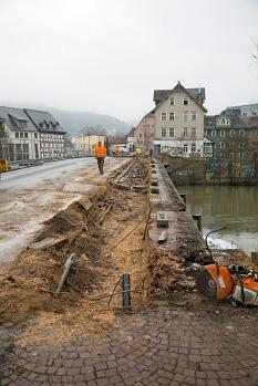 Wo einst der Gehweg über die Weidenhäuser Brücke führte, haben die Bauarbeiter schon eine Menge Füllung aus der Weidenhäuser Brücke herausgebaggert.©Stadt Marburg, Patricia Grähling